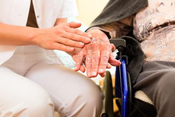 Jeunes infirmière Homme supérieurs maison de retraite vieille dame Photo stock © Kzenon