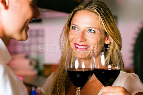 Uomo donna flirtare hotel bar sera Foto d'archivio © Kzenon