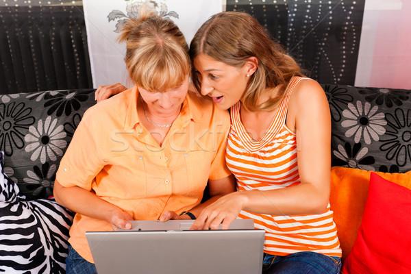 Dochter uitleggen internet moeder home beide Stockfoto © Kzenon