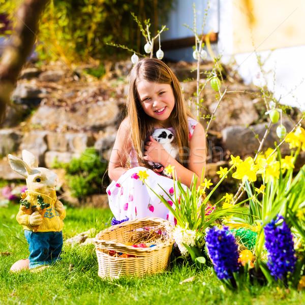 Kız easter egg hunt yaşayan easter bunny küçük kız çayır Stok fotoğraf © Kzenon