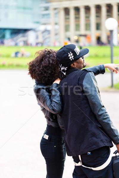 Młodych para zwiedzanie kobieta czarny Zdjęcia stock © Kzenon