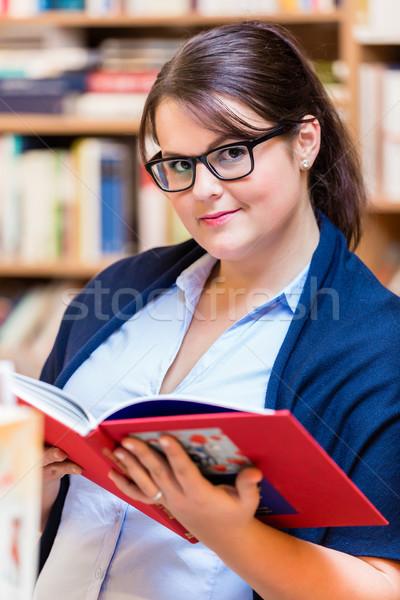Vrouw kopen boeken boekenwinkel Stockfoto © Kzenon