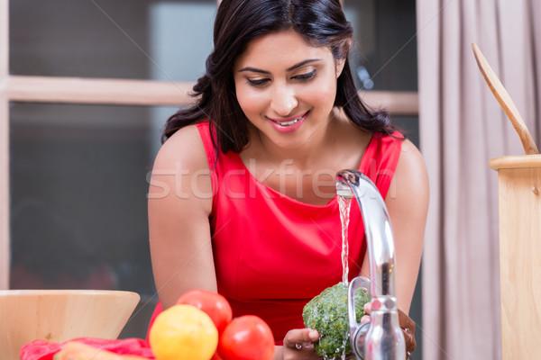 Zdjęcia stock: Młoda · kobieta · mycia · warzyw · kuchnia · młodych · zdrowych