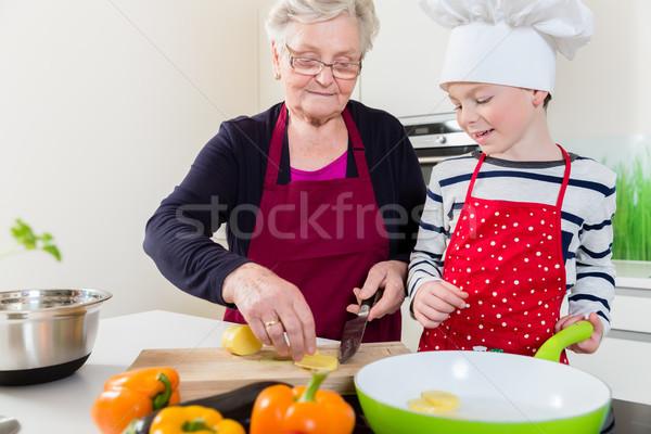 Oma koken samen kleinzoon kinderen kind Stockfoto © Kzenon