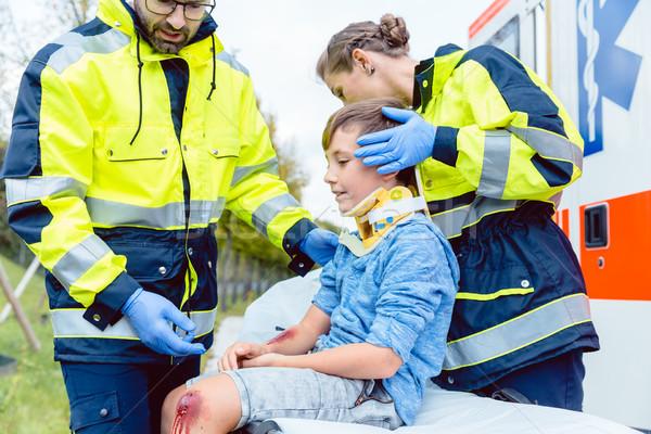 Emergencia toma atención herido nino mujer Foto stock © Kzenon