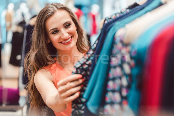женщину Платья стойку моде магазине глядя Сток-фото © Kzenon