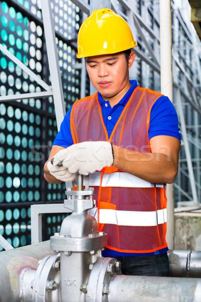 Kínai technikus dolgozik szelep mérnök épület Stock fotó © Kzenon
