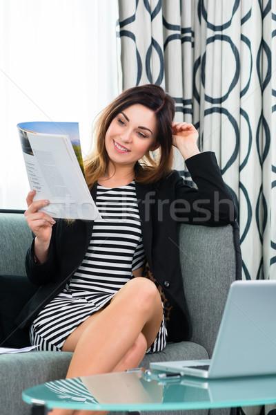 Zakenvrouw hotel lezing tijdschrift werken Stockfoto © Kzenon