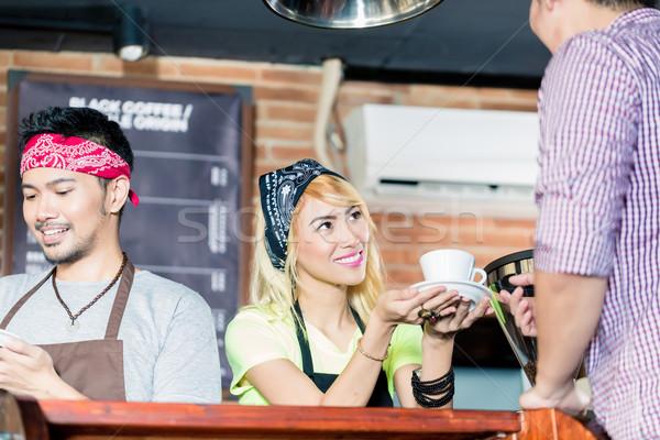 азиатских Бариста предлагающий кафе клиентов кофейня Сток-фото © Kzenon
