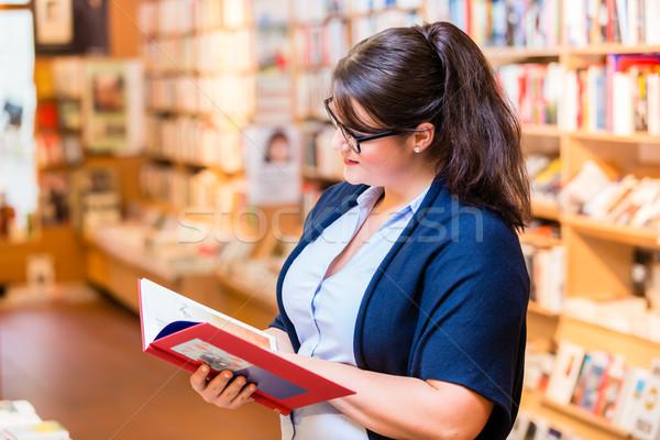 Mulher compra livros livraria Foto stock © Kzenon