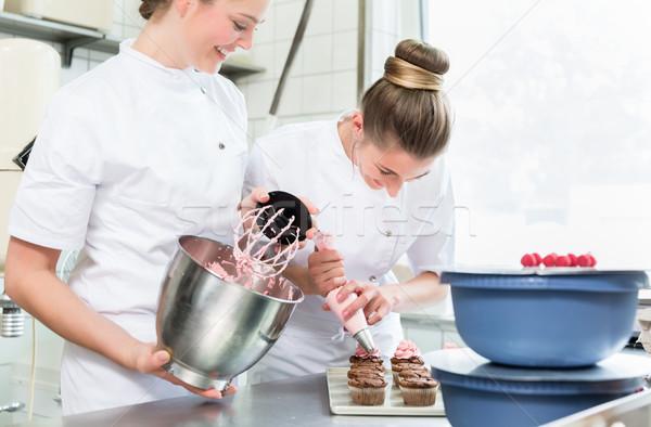 Padeiro mulheres creme bolos trabalhando compras Foto stock © Kzenon