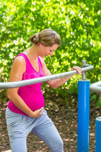 Donna incinta fitness allenamento climbing frame esterna Foto d'archivio © Kzenon