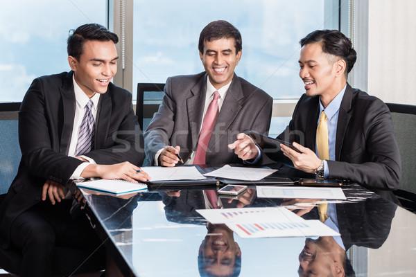 üzletemberek konferencia dolgozik papírok három ázsiai Stock fotó © Kzenon