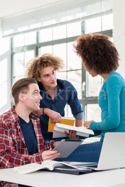 Trzy studentów podział pomysły inny Zdjęcia stock © Kzenon