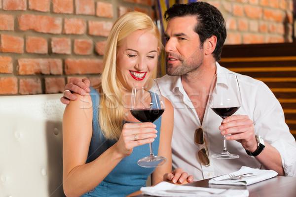 Atrakcyjny para pitnej wino czerwone restauracji bar Zdjęcia stock © Kzenon