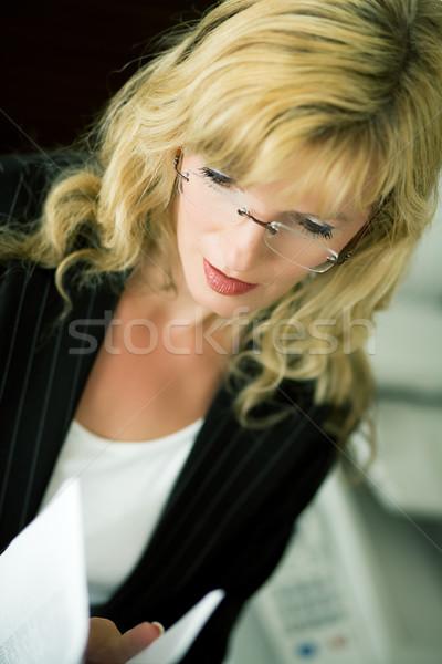 Lecture fax femme documents permanent télécopieur Photo stock © Kzenon