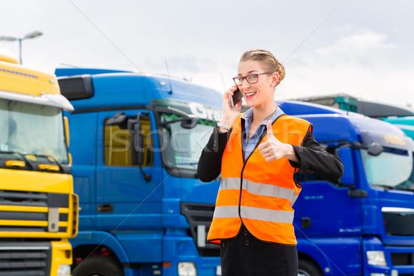 Stockfoto: Vrouwelijke · vrachtwagens · logistiek · opzichter · mobiele · telefoon · vrouw