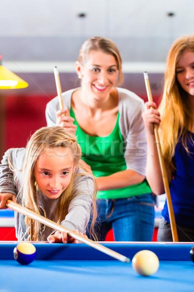 Mädchen spielen Pool Billard Familie zusammen Stock foto © Kzenon