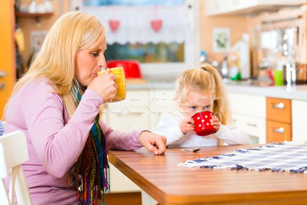 ストックフォト: 母親 · 子 · 飲料 · ミルク · キッチン · カップ