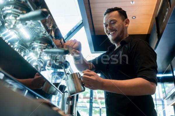 Jonge vrolijk barista koffie automatisch machine Stockfoto © Kzenon