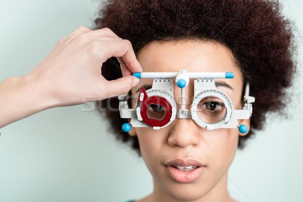 女性 視力 テスト 新しい 眼鏡 眼鏡屋 ストックフォト © Kzenon