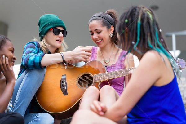 Mujer ensenanza amigo jugar guitarra primer plano Foto stock © Kzenon