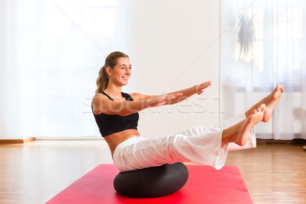 Nő gyakorol testmozgás labda beteg fitnessz Stock fotó © Kzenon