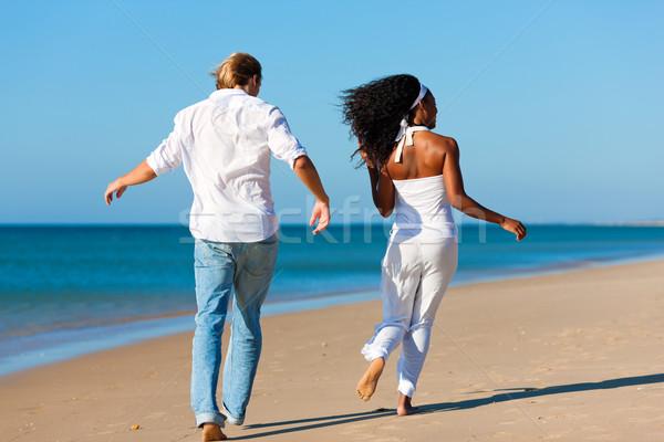 Stockfoto: Gelukkig · paar · lopen · lopen · strand · zwarte · vrouw