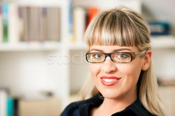 Vrouw boekenplank portret jonge vrouw bril vergadering Stockfoto © Kzenon