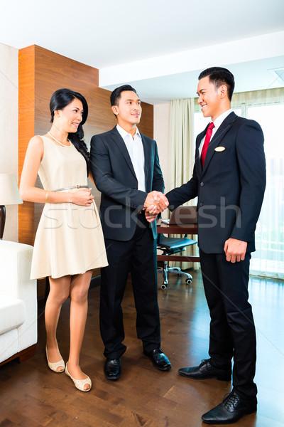 менеджера приветствие азиатских отель пару женщины Сток-фото © Kzenon