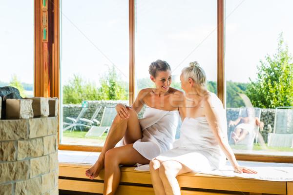 Senior jonge vrouw sauna warmte vrouwen Stockfoto © Kzenon