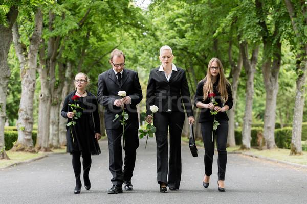 Aile yürüyüş aşağı geçit mezarlık mezarlık Stok fotoğraf © Kzenon