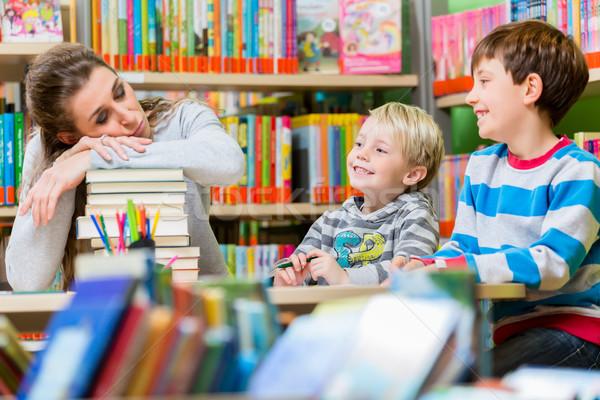 Anne yorgun bitkin çocuklar kütüphane Stok fotoğraf © Kzenon