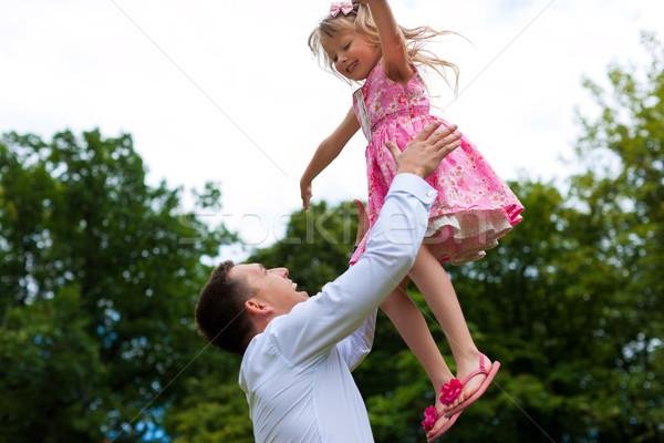 Baba oynama kız çayır aile Stok fotoğraf © Kzenon