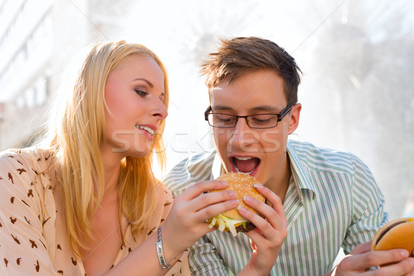 çift aç yeme Burger kırmak öğle yemeği Stok fotoğraf © Kzenon