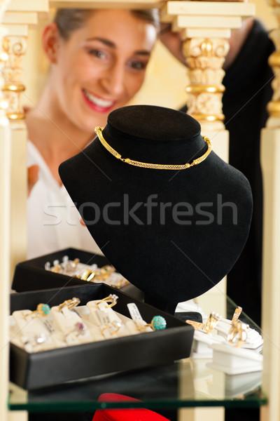 женщину глядя ювелирных улыбка торговых золото Сток-фото © Kzenon