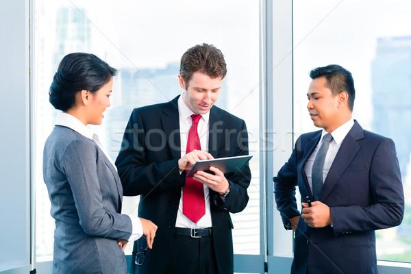 üzletemberek áll iroda dolgozik beszél háttér Stock fotó © Kzenon