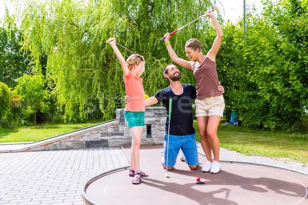 Familie spelen miniatuur golf buitenshuis vrouw Stockfoto © Kzenon