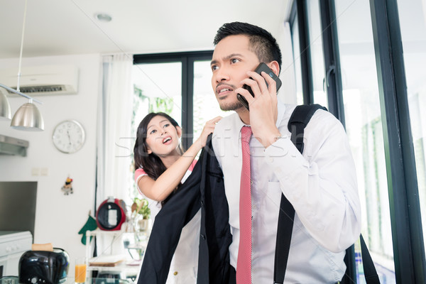 Vrouw helpen man laat werk jas Stockfoto © Kzenon