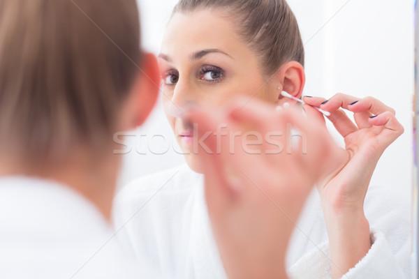 Vrouw schoonmaken oren katoen kiem badkamer Stockfoto © Kzenon