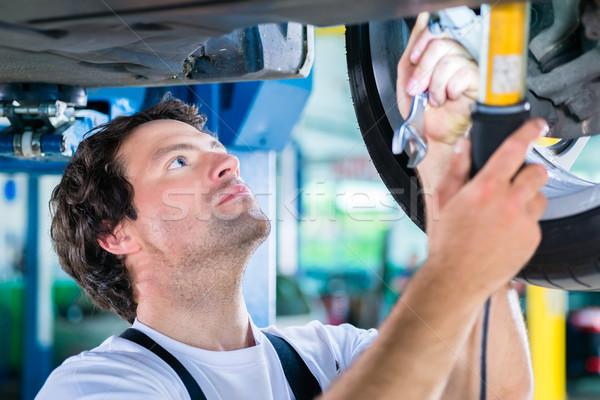 ストックフォト: メカニック · 作業 · 車 · ワークショップ · ホイール · 男