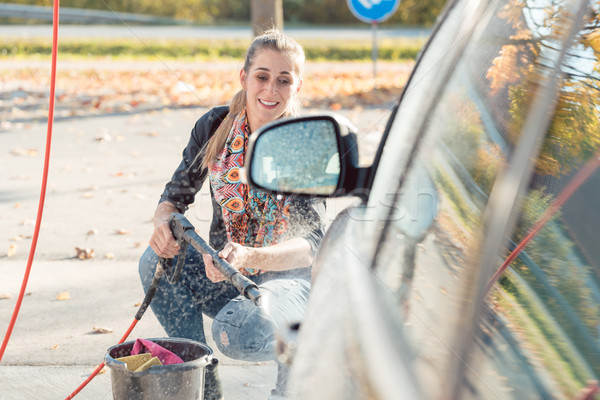 Vrouw hoog druk mondstuk schone auto Stockfoto © Kzenon