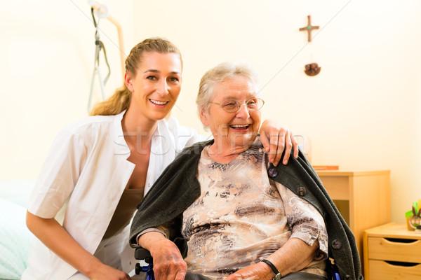 Jonge verpleegkundige vrouwelijke senior verpleeginrichting oude dame Stockfoto © Kzenon