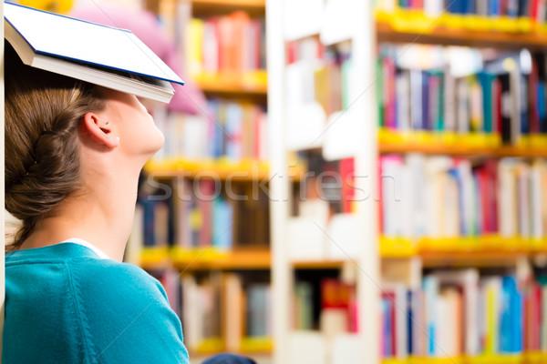 Student bibliotheek moe overwerkt jonge vrouw boek Stockfoto © Kzenon
