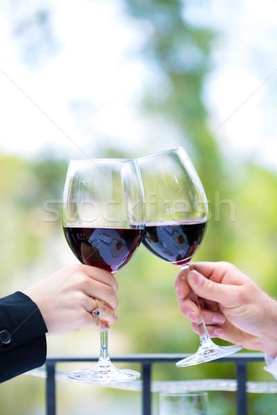 Handen rode wijn bril buiten terras Stockfoto © Kzenon