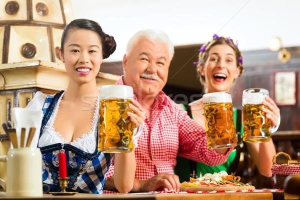 Freunde trinken Bier Veröffentlichung Lederhosen frischen Stock foto © Kzenon