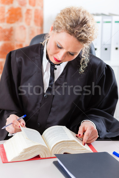 Advocaat kantoor lezing recht boek jonge Stockfoto © Kzenon