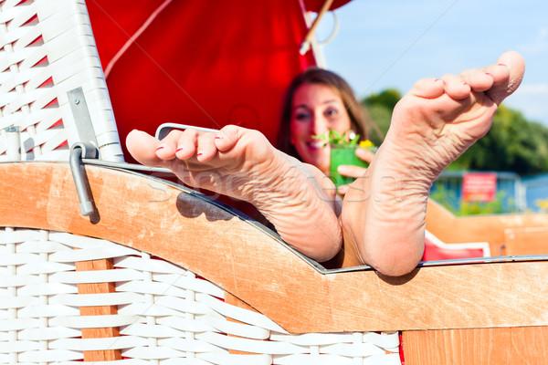 Kobieta wiklina ławce krzesło pitnej koktajl Zdjęcia stock © Kzenon