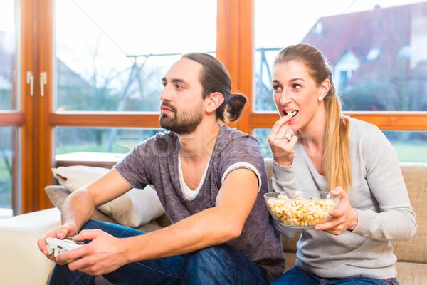 Pár videó számítógépes játékok pattogatott kukorica szabadidő együtt Stock fotó © Kzenon