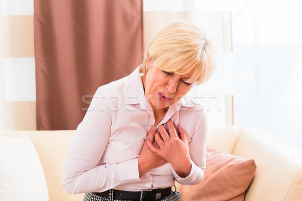 Senior Herzinfarkt home alte Frau halten Brust Stock foto © Kzenon